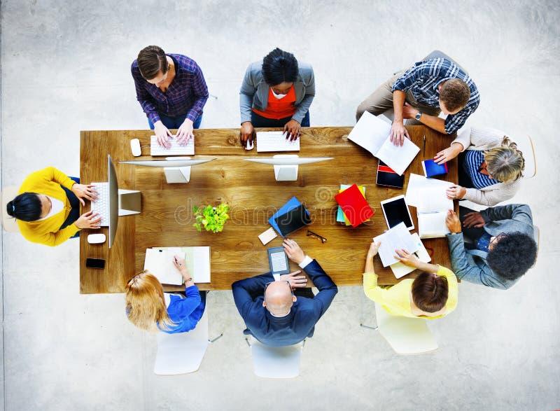 Gruppo di diversa varia gente di occupazioni che incontra concetto immagine stock