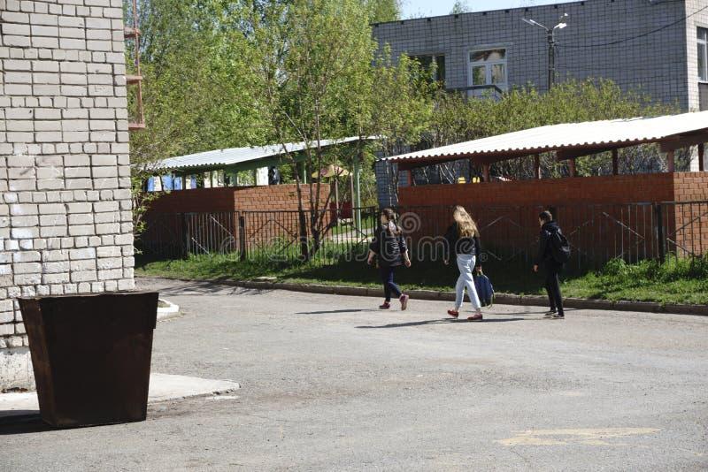 Gruppo di diversi bambini che camminano dalla scuola immagine stock