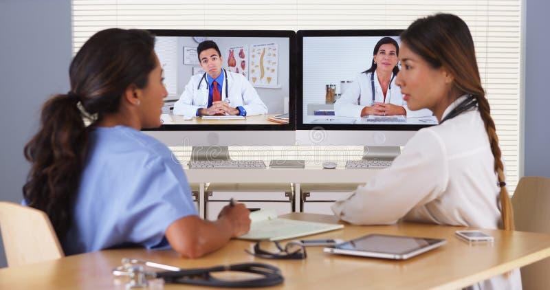 Gruppo di diversi medici che hanno una videoconferenza immagini stock libere da diritti