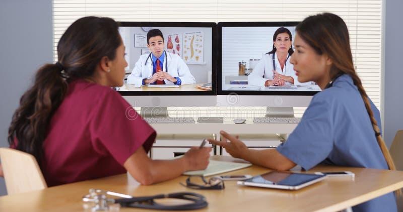 Gruppo di diverso video comunicazione di medici fotografia stock