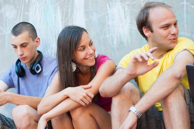 Gruppo di divertiresi dei giovani immagini stock libere da diritti