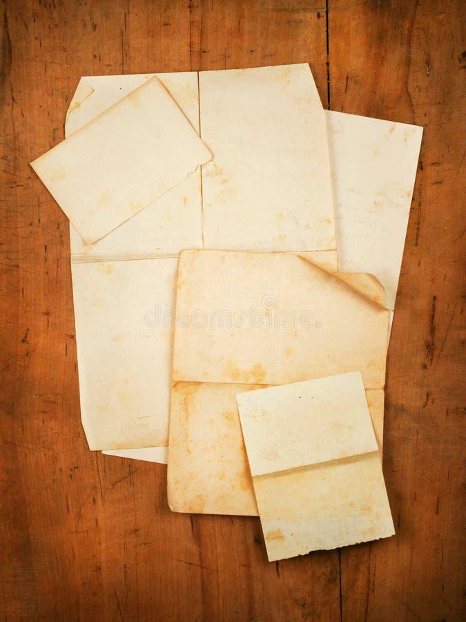 Gruppo di documenti in bianco sulla scheda di legno come backgroun immagini stock libere da diritti