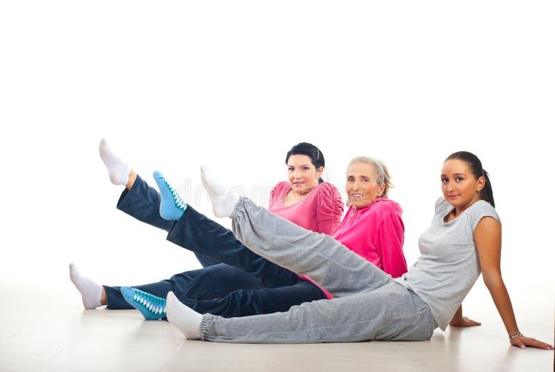 Gruppo di donne che alzano i piedini fotografia stock