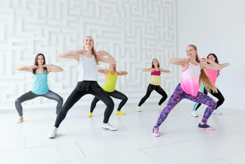 Gruppo di donne felici che hanno una classe di ballo di forma fisica fotografia stock libera da diritti