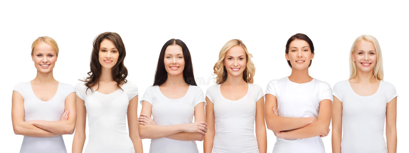 Gruppo di donne sorridenti in magliette bianche in bianco fotografia stock