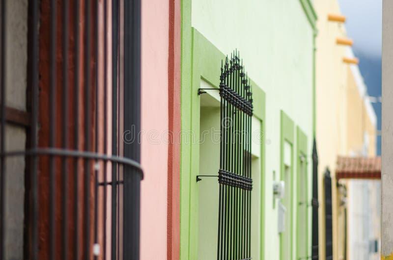 Gruppo di finestre variopinte nella prospettiva con le barre arrugginite, spazio per testo, bello fondo d'annata immagine stock
