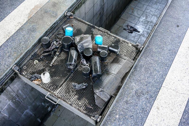 Gruppo di fondo residuo delle vecchie parti del veicolo Mucchio di olio usato fi fotografia stock libera da diritti