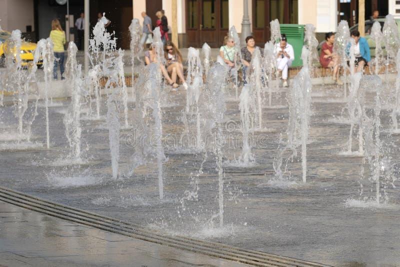 Gruppo di fontane su un argine del fiume di Mosca vicino al centro di exhebition sul ponte di Krimsky a Mosca fotografia stock