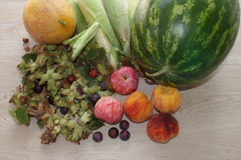 Gruppo di frutti freschi di estate sulla Tabella di legno Miscela della frutta fresca sulla tavola di legno fotografie stock libere da diritti