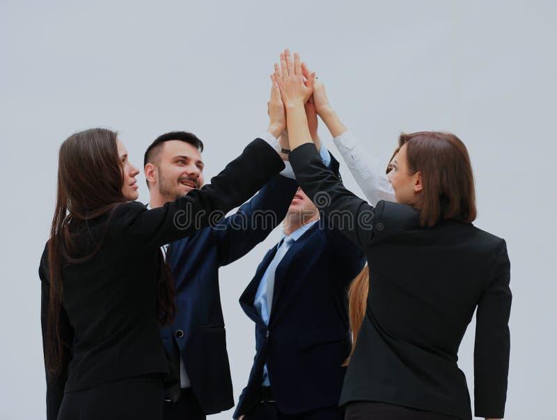 Gruppo di gente di affari che celebra il loro lavoro di squadra con gli alti cinque fotografia stock libera da diritti