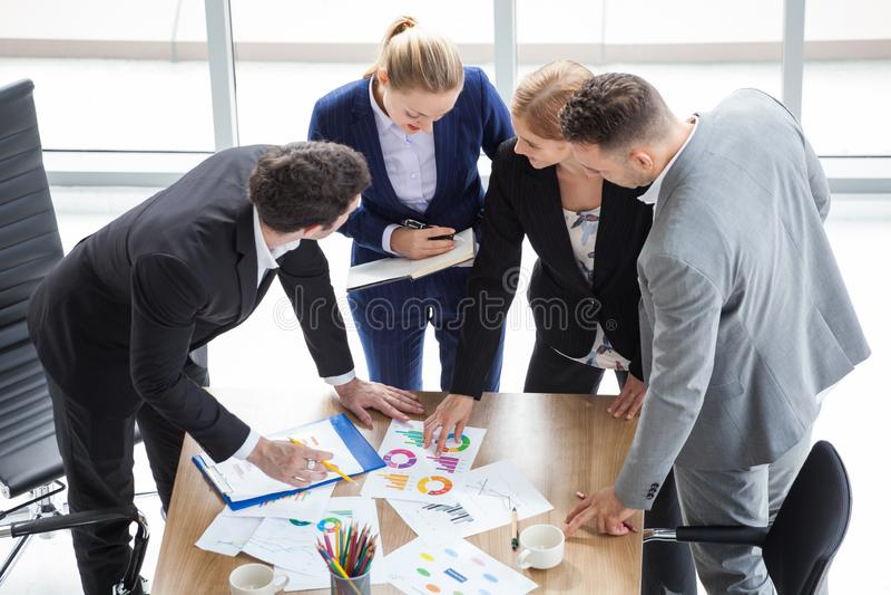 Gruppo di gente di affari che incontra conferenza in ufficio gruppo commercializzante che confronta le idee insieme lavoro di squ fotografia stock