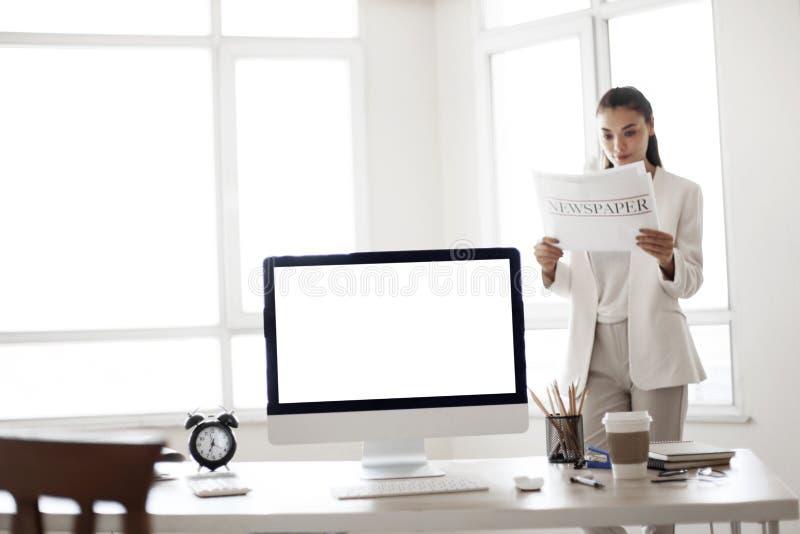 Gruppo di gente di affari che lavora ad una scrivania immagine stock
