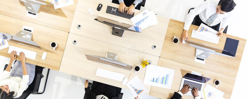 Gruppo di gente di affari che lavora insieme nell'ufficio moderno, m. Tak immagine stock