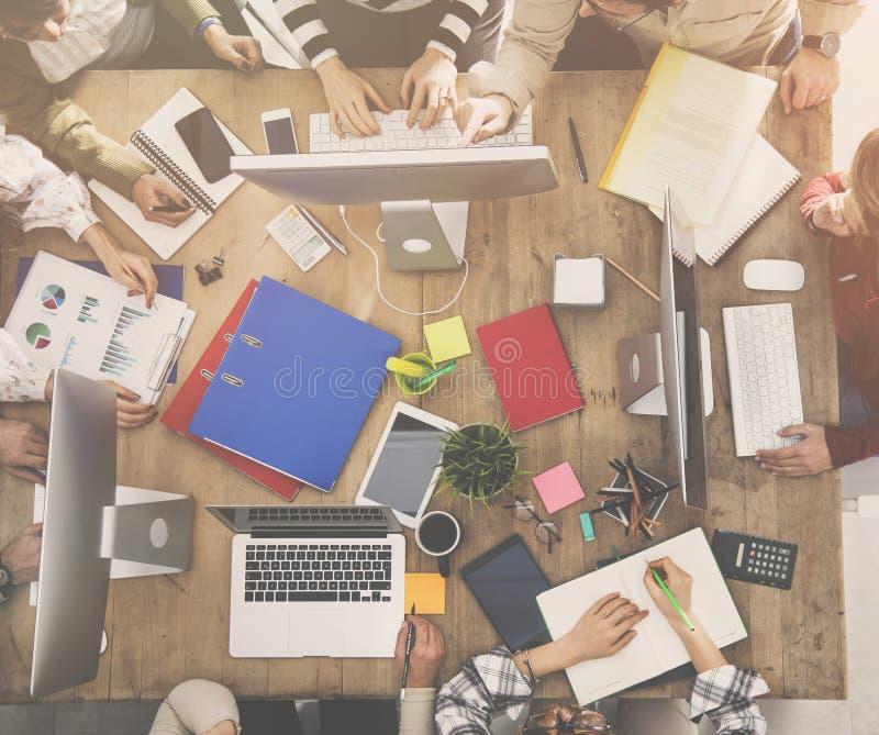 Gruppo di gente di affari che lavora nell'ufficio fotografie stock libere da diritti