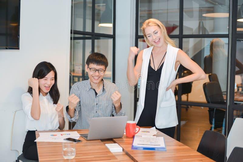 Gruppo di gente di affari che si incontra in una sala riunioni, dividente thei immagine stock libera da diritti
