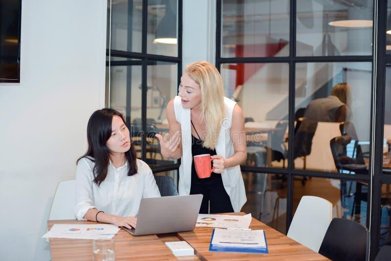 Gruppo di gente di affari che si incontra in una sala riunioni, dividente thei fotografie stock