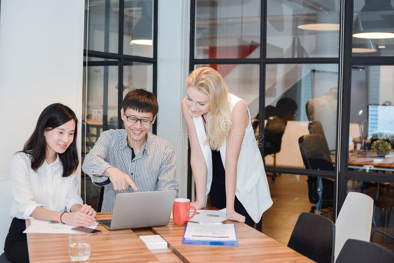 Gruppo di gente di affari che si incontra in una sala riunioni, dividente thei immagini stock libere da diritti