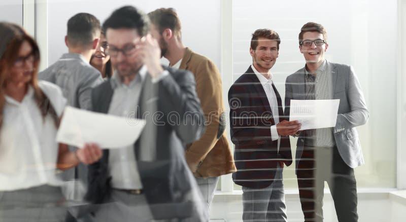 Gruppo di gente di affari che sta nell'ingresso dell'ufficio immagini stock libere da diritti