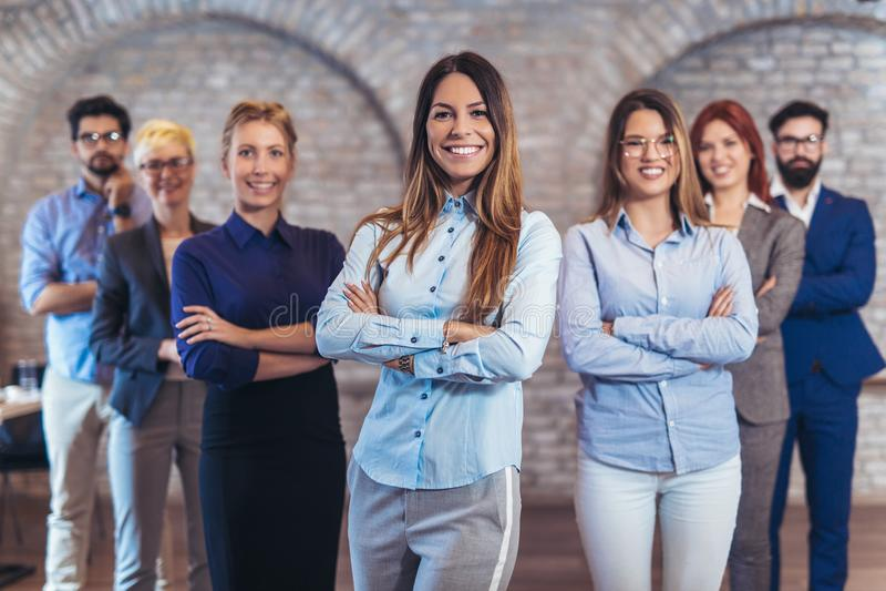 Gruppo di gente di affari e di personale felici della società in ufficio moderno immagini stock libere da diritti