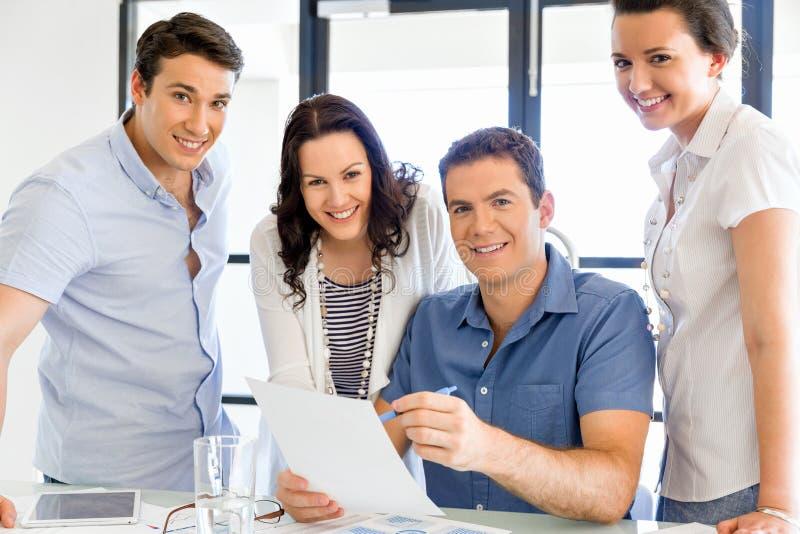 Gruppo di gente di affari felice in una riunione fotografia stock libera da diritti