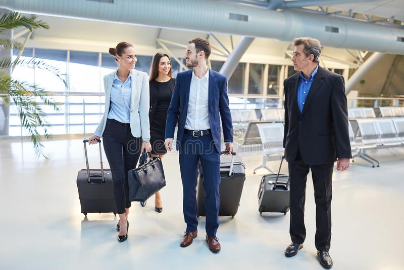 Gruppo di gente di affari nel terminale di aeroporto fotografia stock libera da diritti