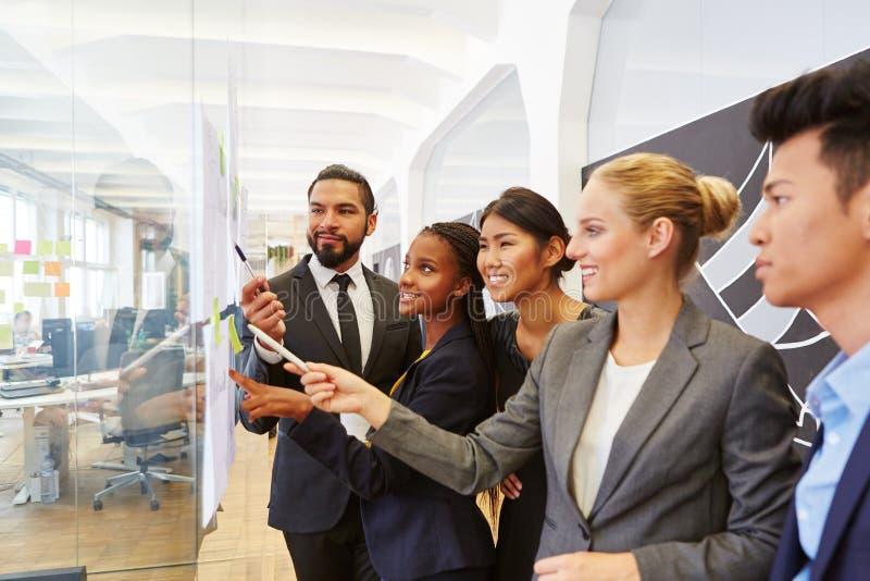 Gruppo di gente di affari in officina consultantesi immagini stock libere da diritti