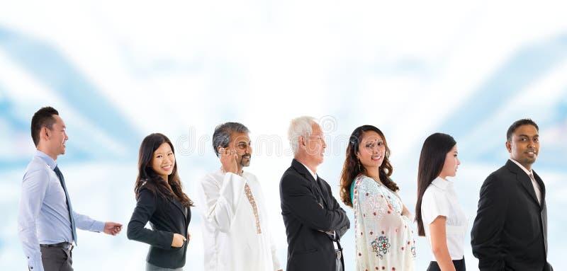 Gruppo di gente asiatica multirazziale allineata. fotografia stock