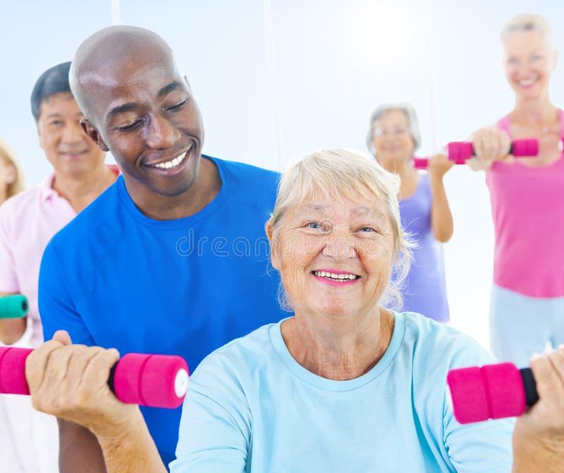 Gruppo di gente in buona salute nella forma fisica immagine stock