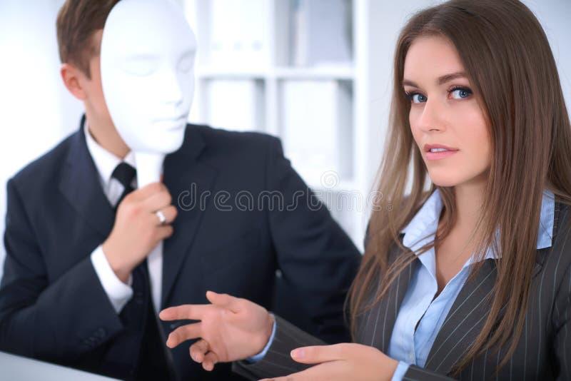 Gruppo di gente di affari ad una riunione Concetto negativo, mancanza di comprensione, mancanza di accordo immagine stock