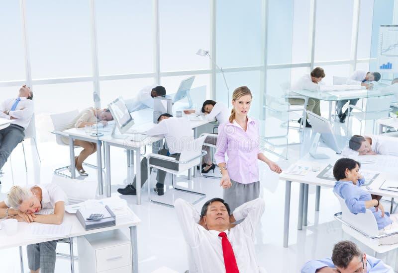 Gruppo di gente di affari che dorme nell'ufficio fotografia stock