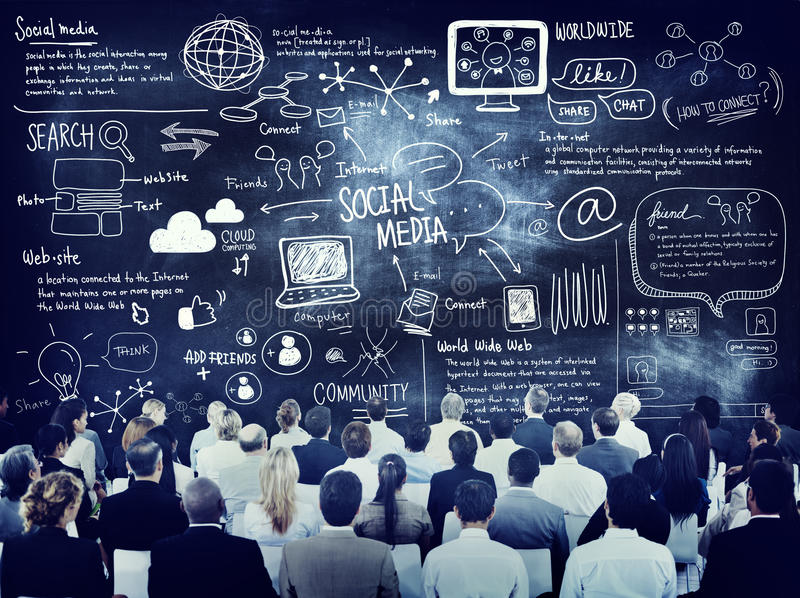 Gruppo di gente di affari che impara circa i media sociali fotografie stock