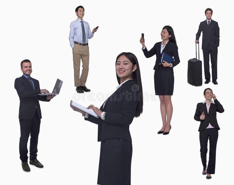 Gruppo di gente di affari che lavora, parlando sul telefono, camminante, colpo dello studio, integrale immagine stock libera da diritti