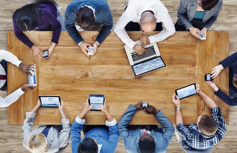 Gruppo di gente di affari che per mezzo dei dispositivi di Digital fotografie stock