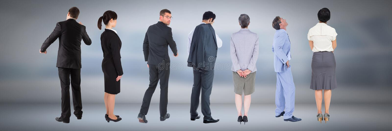 Gruppo di gente di affari che sta con il fondo lunatico fotografia stock libera da diritti