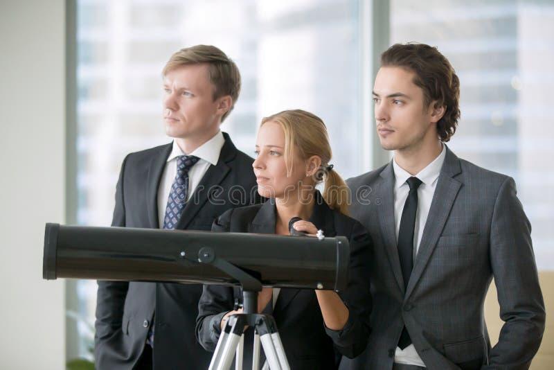 Gruppo di gente di affari con il telescopio ottico fotografia stock libera da diritti