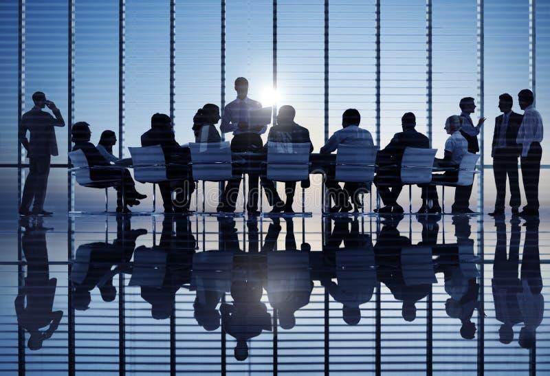 Gruppo di gente di affari del mondo ad una riunione fotografia stock
