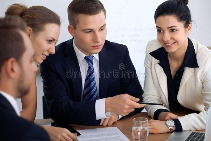 Gruppo di gente di affari e di avvocati che discutono i documenti del contratto fotografia stock