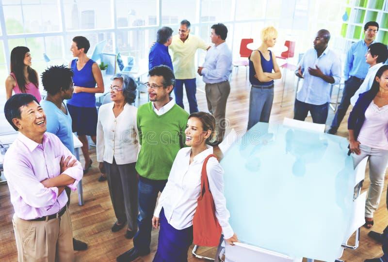 Gruppo di gente di affari nel concetto dell'ufficio immagine stock libera da diritti