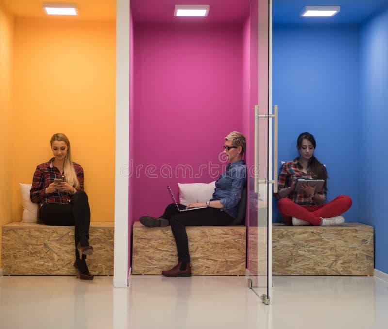 Gruppo di gente di affari nello spazio di funzionamento creativo immagini stock