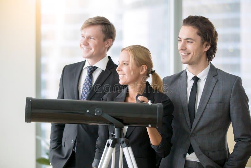 Gruppo di gente di affari sorridente con il telescopio ottico fotografia stock libera da diritti