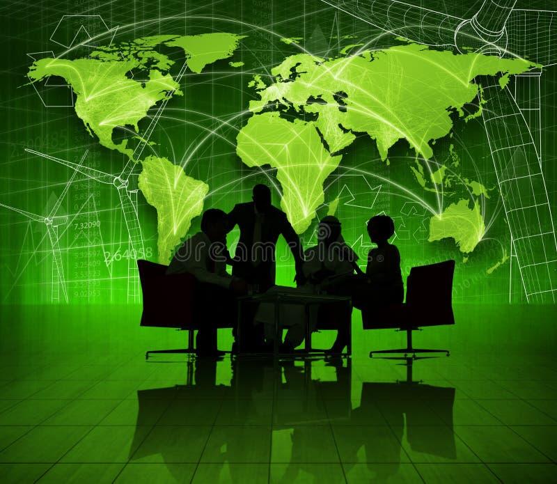 Gruppo di gente di affari sul mondo verde economico fotografia stock