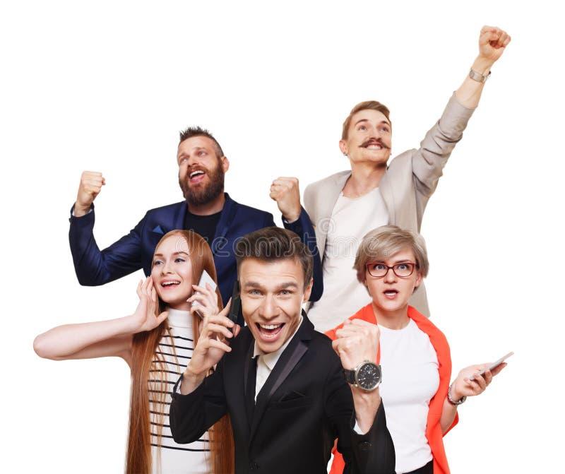Gruppo di gente felice, notizie, vendita, concetto di successo immagine stock