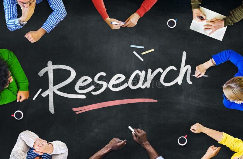 Gruppo di gente multietnica che discute circa la ricerca immagine stock