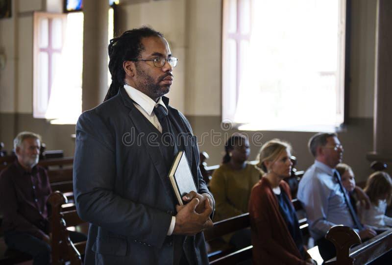 Gruppo di gente religiosa in una chiesa fotografia stock