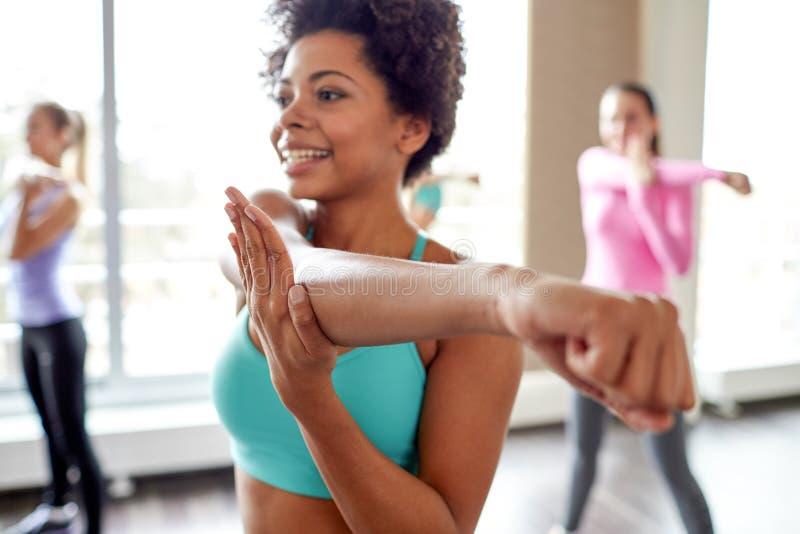 Gruppo di gente sorridente che balla nella palestra o nello studio fotografie stock libere da diritti