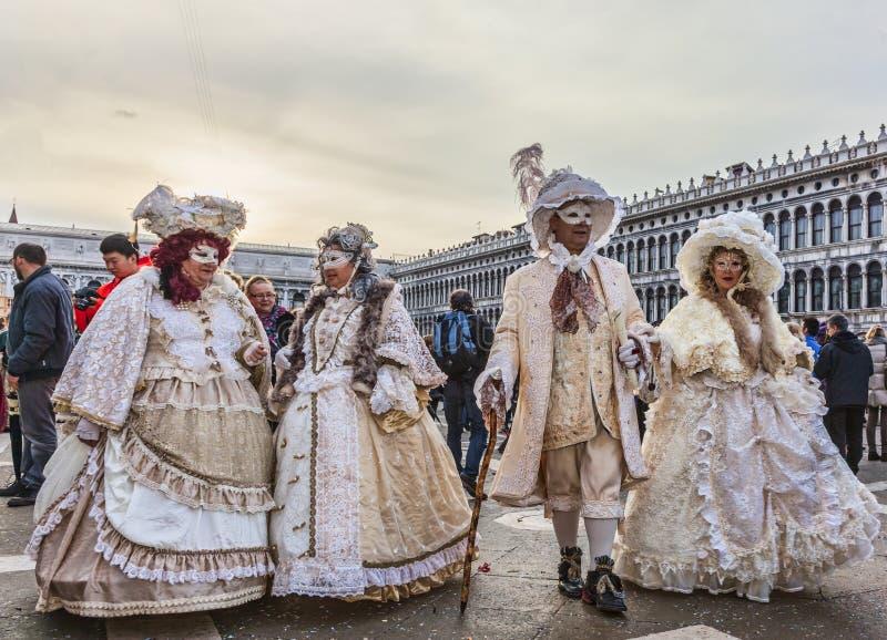 Gruppo di gente travestita - carnevale 2014 di Venezia fotografia stock