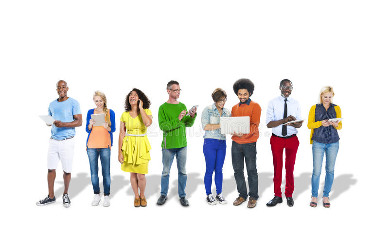 Gruppo di gente variopinta multietnica che per mezzo dei dispositivi di Digital fotografie stock