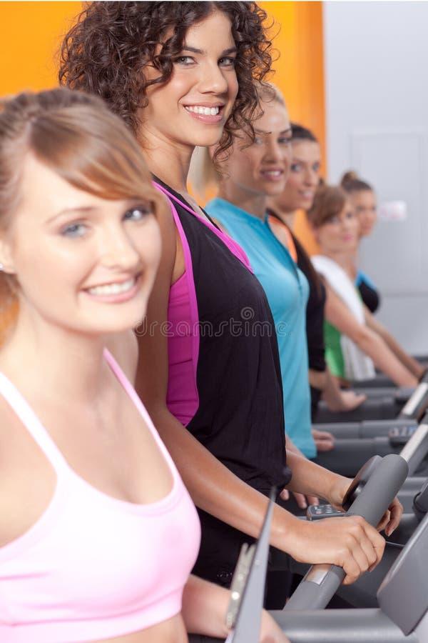 Gruppo di giovane donna nel centro di ginnastica fotografie stock