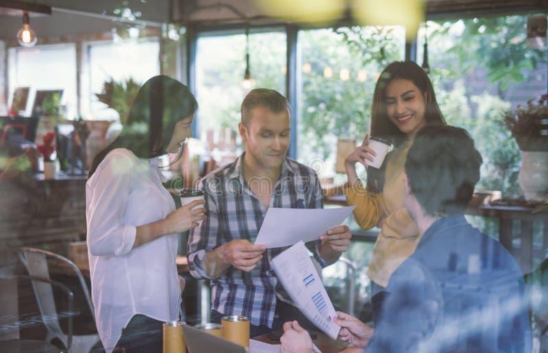 Gruppo di giovane impresa che lavora all'ufficio moderno gente di affari che discute le idee nella riunione di 'brainstorming' di fotografia stock libera da diritti