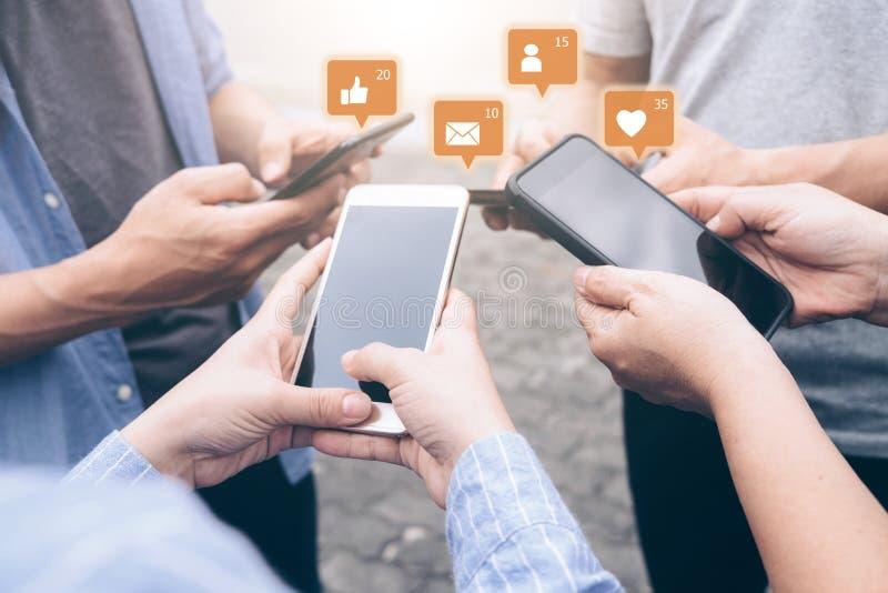 Gruppo di giovane teenager facendo uso dei telefoni cellulari fotografie stock libere da diritti